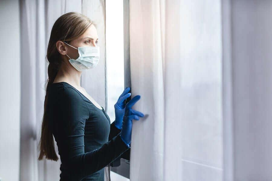 Naisen sosiaalinen eristäytyminen sujuu ikkunasta ulos katsomalla.