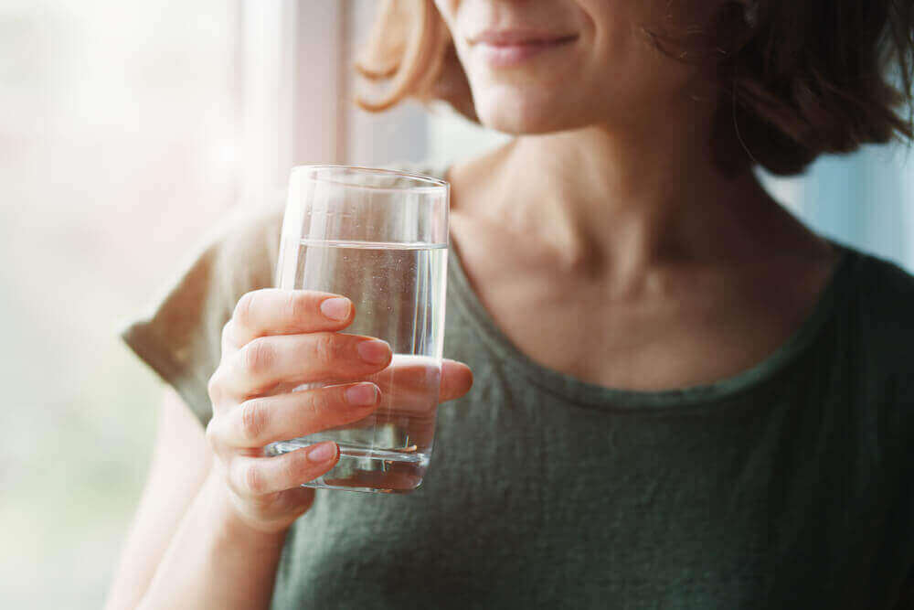 Koronavirusharhat: kuuman veden nauttiminen ehkäisee koronavirustartuntaa.