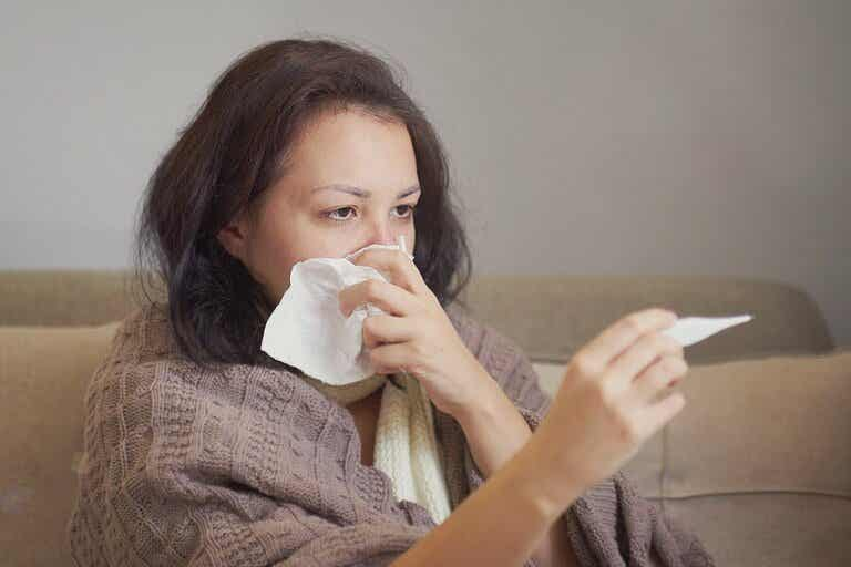 Miten erotan koronavirustartunnan allergiasta?