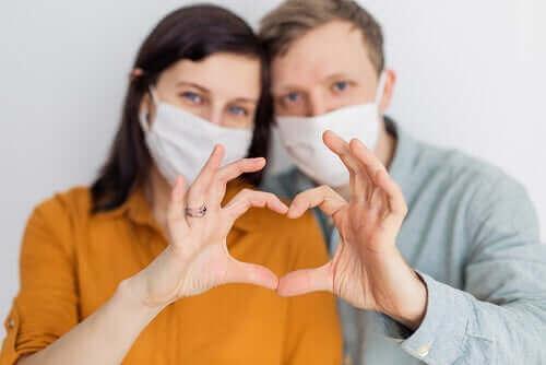 Pari muodostaa käsillään sydämen.