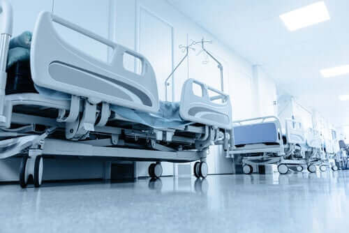 Rivi sairaalavuoteita.