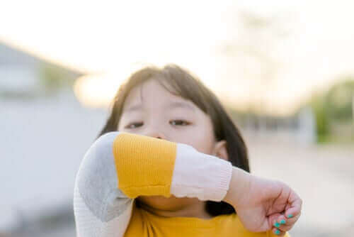 Yskä on yksi koronaviruksen oireista