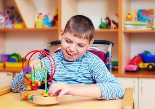 Autismista kärsivien lasten auttaminen leikkien avulla.