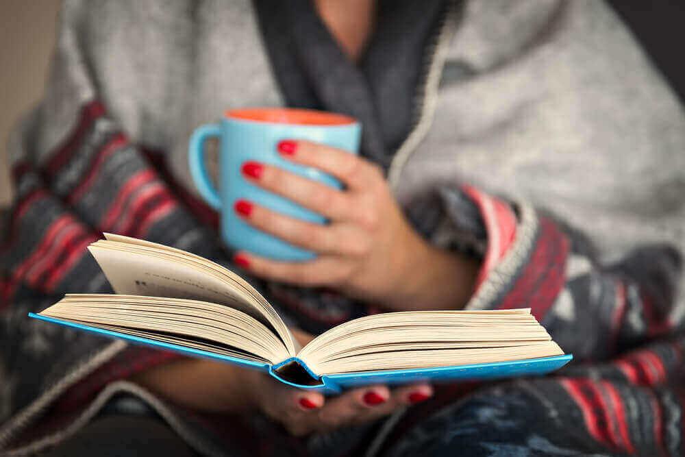 Voit huolehtia mielenterveydestä karanteenin aikana lukemalla hyvää kirjaa.