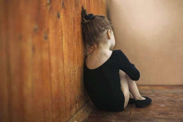 Autismista kärsivien lasten auttaminen karanteenin aikana.