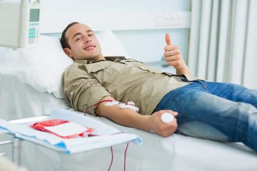 Mies luovuttamassa verta.