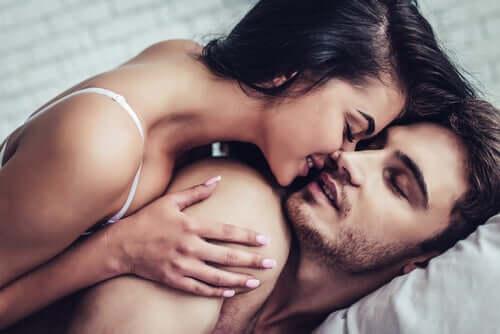 Mies ja nainen sängyssä.