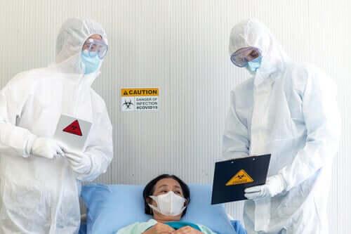 Sairaalassa suojavarusteissa.