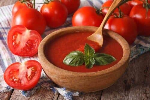 Tomaattisosekeitosta saa paljon tomaattien C-vitamiinia