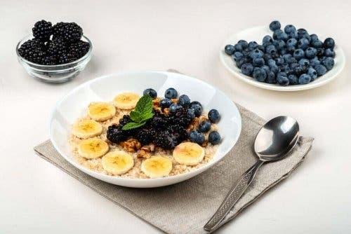 Marjat ja hedelmät ovat olennainen osa smoothiekulhoa