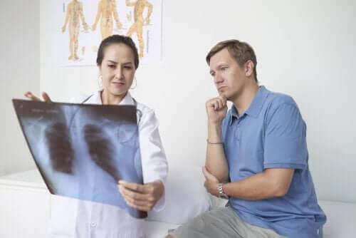 Keuhkopussintulehdus: oireet, syyt ja hoito