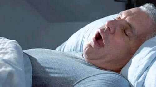 Oletko väsynyt herätessäsi? Se voi johtua uniapneasta.