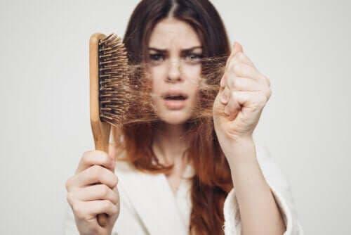 Kausittainen hiustenlähtö: miksi se tapahtuu syksyisin?