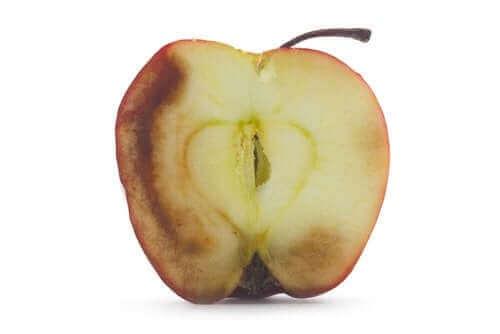 Tummuneiden hedelmien syöminen: onko siitä haittaa?
