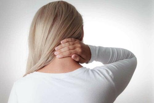 Aivokalvontulehduksen klassinen kolmikko koostuu kuumeesta, päänsärkystä ja jäykästä niskasta