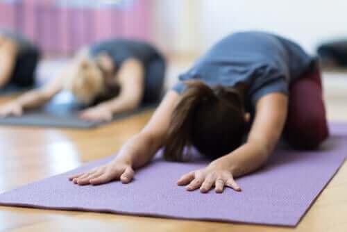 Jooga voi auttaa lievittämään kivuliaita kuukautisia