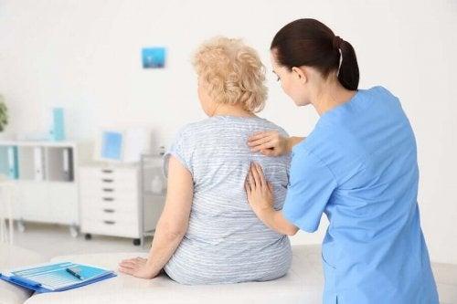 Ikääntyneiden terveys olisi hyvä tarkastuttaa säännöllisesti lääkärissä