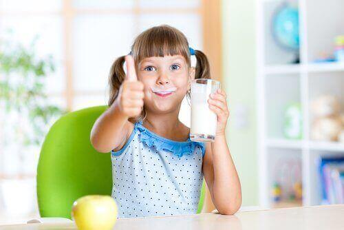 Ovatko täysmaitotuotteet vai vähärasvaiset maitotuotteet parempia lapsille?