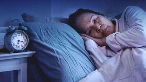 Nainen uneksii unilääkkeistä.
