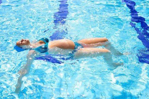Uinti on hyvä laji raskaana oleville naisille