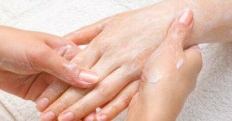 Kädet kannattaa liottaa ennen kynsien leikkaamista.
