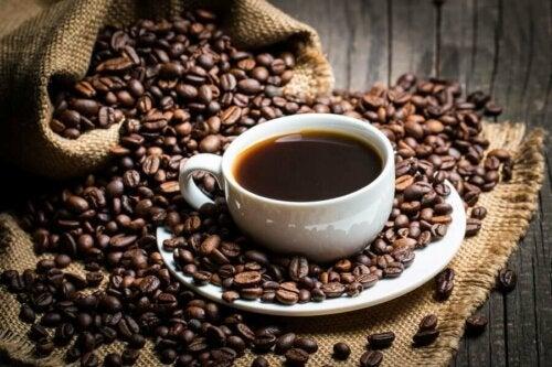 Kahvin sisältämän kofeiinin säännöllinen kuluttaminen on liitetty tehokkaampaan rasvakudoksen vähenemiseen