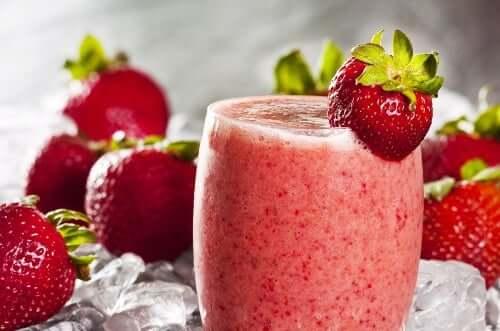 Kaura on loistava ainesosa erilaisissa smoothieissa, kuten mansikkasmoothiessa.