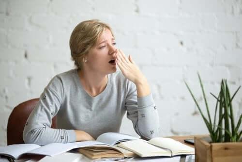 Suuret sokerimäärät ruokavaliossa aiheuttavat väsymystä ja huonoa keskittymiskykyä.