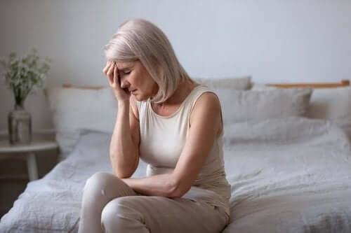 Esivaihdevuosien ensimmäiset oireet voivat ilmetä päänsärkyinä ja pahoinvointina