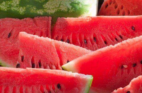 Onko olemassa hedelmiä joiden avulla voi laihtua? Ei, mutta vesimeloni on terveellinen.