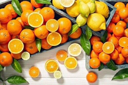 Joitakin C-vitamiinia sisältäviä elintarvikkeita ovat muun muassa sitrushedelmät, kiivi ja paprika