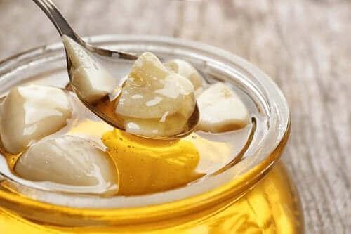 Valkosipulia ja hunajaa kurkunpääntulehdukseen.