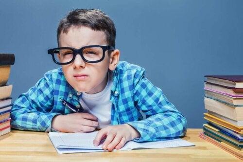 Hajataittoisuudesta kärsivillä lapsilla on taipumusta siristää silmiään yrittäessään keskittyä