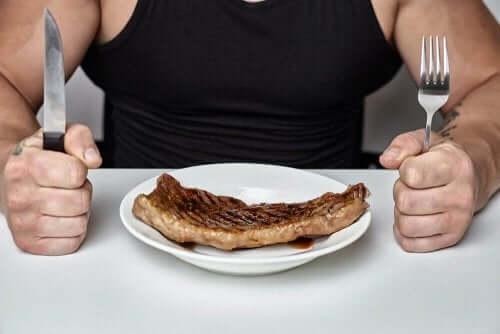 Vaihdevuosien aikana kannattaa alkaa syömään hieman vähemmän hiilihydraatteja kuin ennen, ja enemmän proteiinia kuten lihaa.