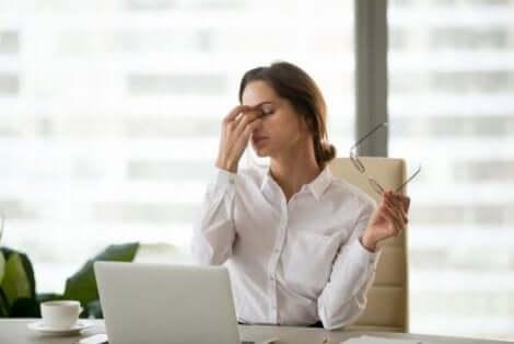 Näyttöjen tuijottaminen voi aiheuttaa päänsärkyä