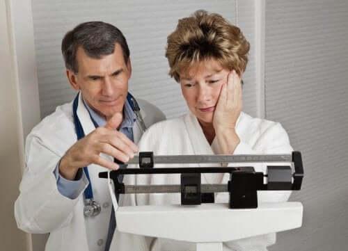 Voit itsekin vaikuttaa siihen, nouseeko paino vaihdevuosien aikana, syömällä terveellisesti ja harrastamalla säännöllisesti liikuntaa.