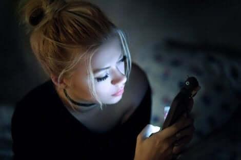 Näyttöjen haitallinen vaikutus silmien terveyteen korostuu huonossa valaistuksessa