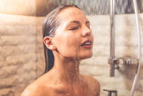 Pitkät, kuumat suihkut kuivattavat ihoa