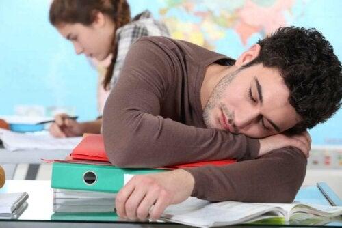 Narkolepsiaa sairastavalla ihmisellä esiintyy päivän aikana liiallista uneliaisuutta, jolloin valppaus ja keskittyminen vähenevät
