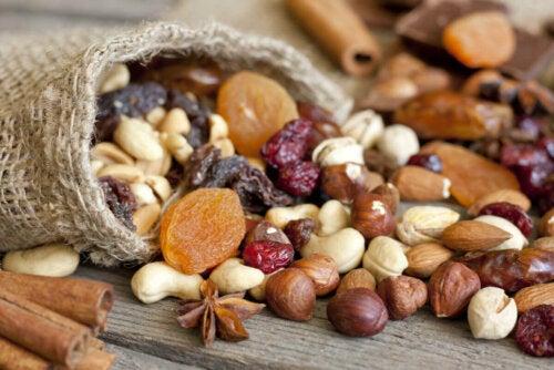 Pähkinät ja mantelit tarjoavat runsaasti mineraaleja, kuitua, terveellisiä rasvoja, proteiineja ja muita kasviperäisiä aineita