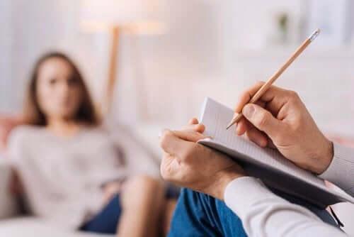 Pakko-oireisen häiriön hoito pitää yleensä sisällään kognitiivis-behavioraalista terapiaa