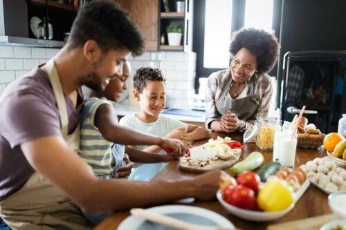 Ruoanlaitto lasten kanssa rohkaisee lapsia kokeilemaan uusia makuja ja nauttimaan ruoasta