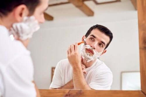 Miesten ja naisten ihon väliset erot: miehillä on kasvoissa karvoitusta.