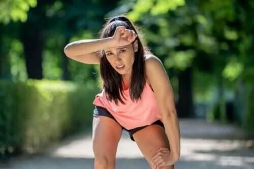 Naisella on hengitysvaikeuksia liikunnan aikana.