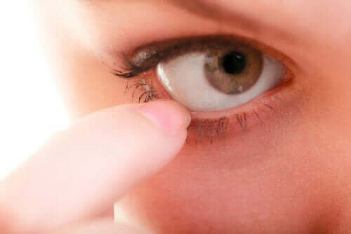 Tutkimuksissa on selvinnyt, kuinka silmä puhdistaa itsensä