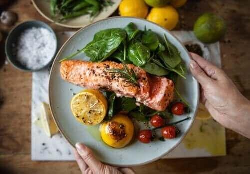 Illallisen syöminen varhain voi auttaa pudottamaan painoa ja ehkäisemään diabetesta