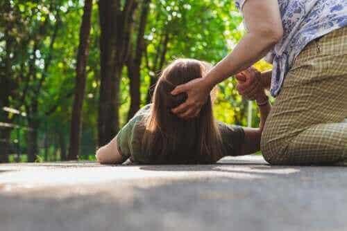 Mitä epilepsiakohtauksen sattuessa tulee tehdä?