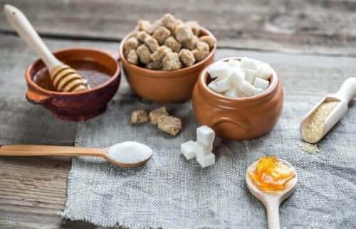 me ihmiset syömme sokeria monissa eri muodoissa ruokamme mukana, ja näitä monimutkaisempia muotoja ovat esimerkiksi fruktoosi ja sakkaroosi.