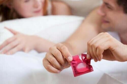 Ehkäisymenetelmien käyttö: kondomia tarvitaan sukupuolitautien ehkäisemiseksi.
