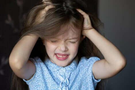 Lasten alopecia voi johtua hiusten jatkuvasta vetämisestä